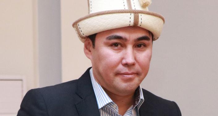 Кандидат на должность Президента КР Имамидин Ташов с удостоверением в руках.