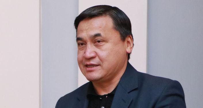 Кандидат на должность Президента КР Каныбек Иманалиев с удостоверением в руках.