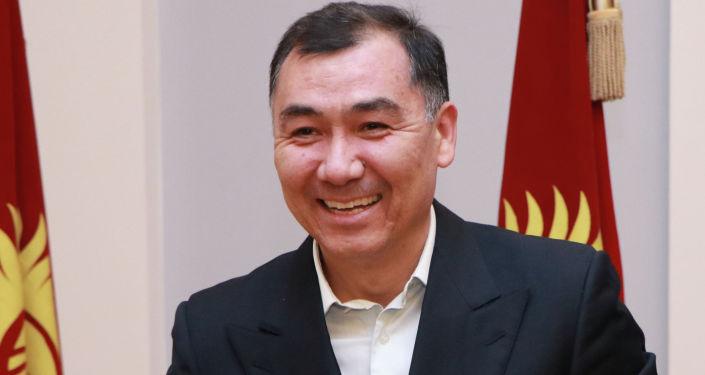 Кандидат на должность Президента КР Равшан Джеенбеков с удостоверением в руках.