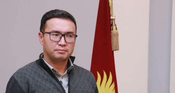 Кандидат на должность Президента КР Эльдар Абакиров с удостоверением в руках.