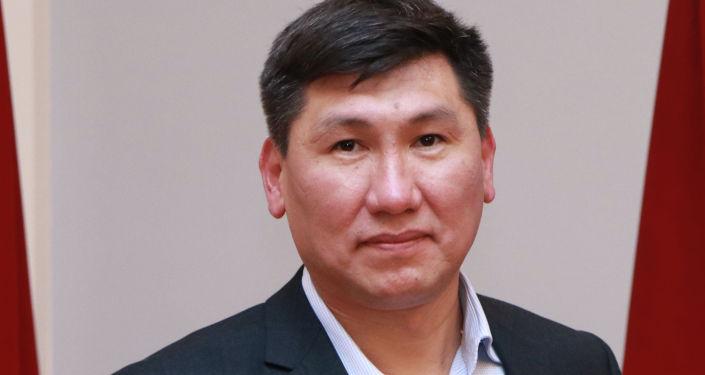 Кандидат на должность Президента КР Улукбек Кочкоров с удостоверением в руках.