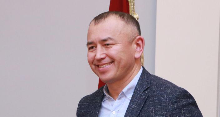 Кандидат на должность Президента КР Бабыржан Тольбаев с удостоверением в руках.