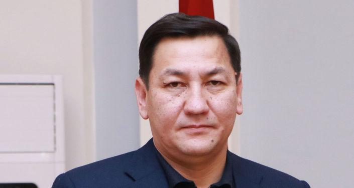 Кандидат на должность Президента КР Абдил Сегизбаев с удостоверением в руках.