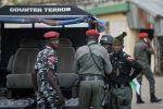 Контртеррористическая и регулярная полиция обеспечивают безопасность в офисах Независимой национальной избирательной комиссии в Кано, северная Нигерия. 14 февраля 2019 года