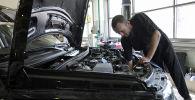Сотрудник СТО проводит ремонтные работы. Архивное фото
