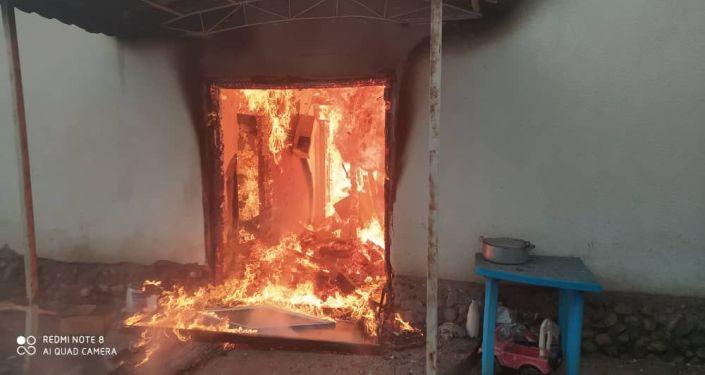 Сотрудники МЧС на месте пожара в кошаре в селе Новопокровка Ысык-Атинского района, где погибли 4 человека