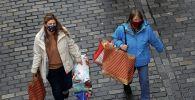 Покупательницы с сумками в центре города Честер (Великобритания)