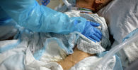 Медицинский работник успокаивает пациента в отделении COVID-19
