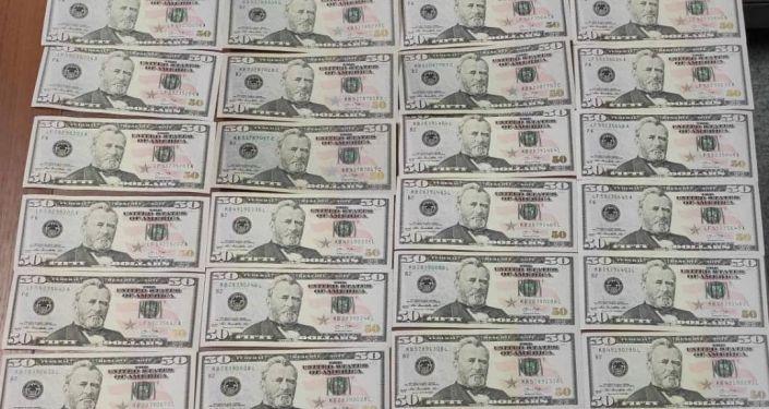 Анын жанынан ири суммадагы жасалма АКШ доллары табылган
