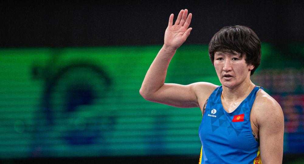 Чемпионка мира Айсулуу Тыныбекова во время индивидуального Кубка мира по спортивной борьбе, который проходит в Сербии.