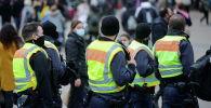 Полицейские гуляют по площади Александерплац в условиях пандемии COVID-19 в Берлине