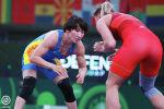 Чемпионка мира Айсулуу Тыныбекова во время борьбы с Крицте Тунде из Румынии на индивидуальном Кубке мира по спортивной борьбе, который прошел в Сербии.