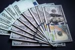 Денежные купюры евро и долларов США. Архивное фото