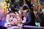 Мужчина на новогодней ярмарке. Архивное фото