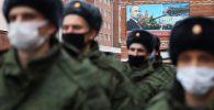 Призывники перед отправкой на службу в Президентский полк у сборного пункта Краснодарского края.