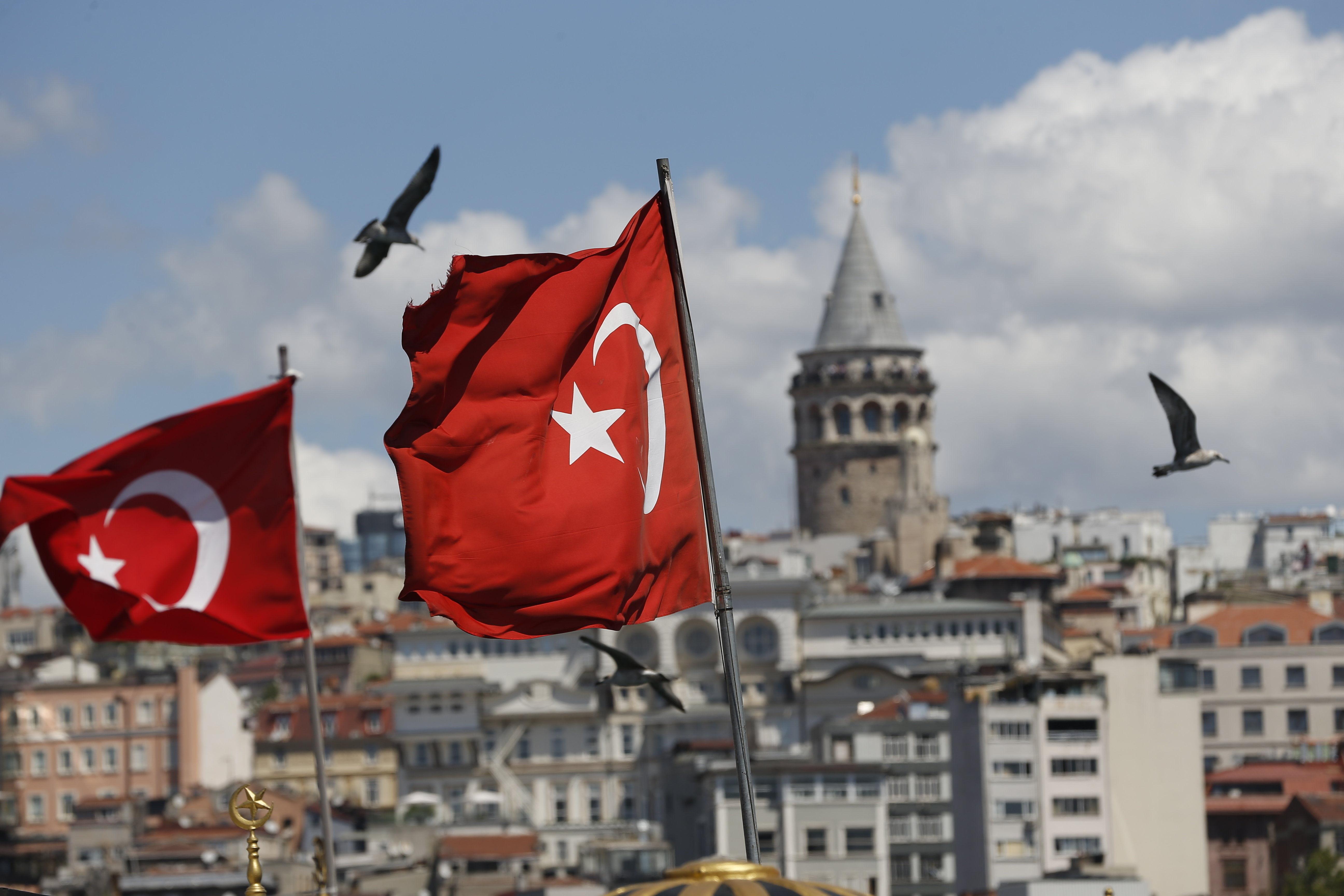 Государственный флаг Турции в Стамбуле. 13 августа2018 года