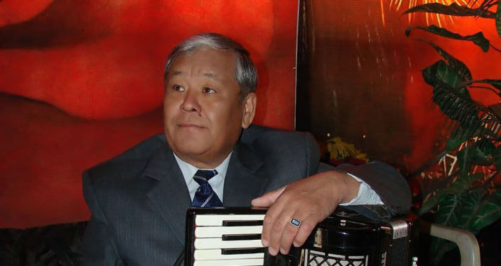 Заслуженный артист Кыргызстана Токон Эшпаев с аккордеонами