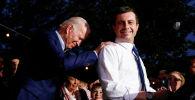 Бывший кандидат в президенты от Демократической партии Пит Буттигиг поддерживает бывшего вице-президента США Джо Байдена на Chicken Scratch в Далласе, штат Техас. США, 2 марта 2020 года