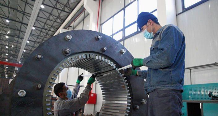 Рабочий в машиностроительном заводе Кыргыз унаа курулуш в Оше