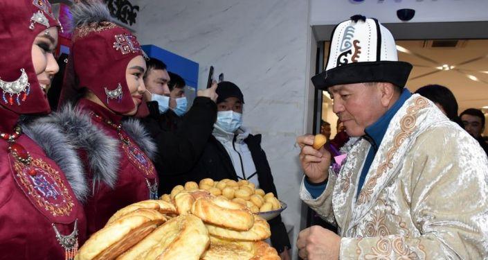 Встреча в аэропорту Манас сборной Кыргызстана по женской борьбе вернувшихся с индивидуального Кубка мира