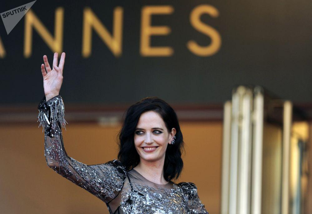 Канн эл аралык кинофестивалындагы кызыл килемде келе жаткан актриса Ева Грин