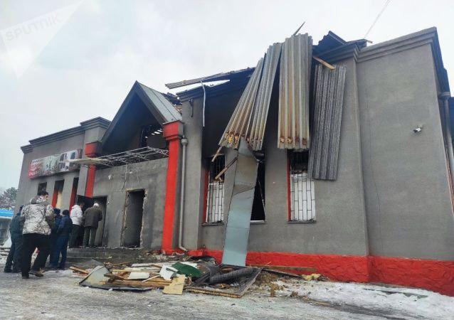 Последствия взрыва и пожара оружейном магазине в Бишкеке