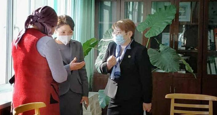 Вице-премьер-министр КР Эльвира Сурабалдиева в ходе рабочей поездки в Иссык-Кульскую область встретилась с матерью 14-летней девочки, пострадавшей от насилия