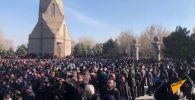 Матери погибших в Карабахе и ветераны войны пытались не пропустить премьер-министра Армении Никола Пашиняна к могилам в военном кладбище Ераблур.