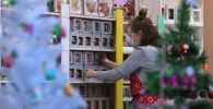 Сотрудница салона-галереи елочных игрушек