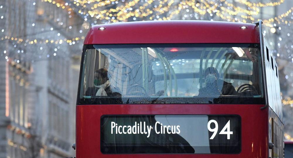 Пассажиры едут в автобусе в Лондоне, Великобритания