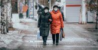 Женщины в медицинских масках на одной из улиц Нур-Султана. Архивное фото