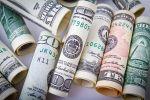 Свертки долларов США разного номинала. Архивное фото