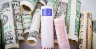 Свертки долларов США и евро разного номинала. Архивное фото