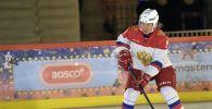 Президент РФ Владимир Путин во время хоккейной тренировки с 9-летним участником Всероссийской акции Ёлка желаний