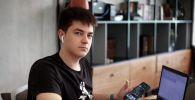 Мастер маникюра Игорь Зайцев в офисе