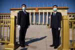 Сотрудники СБ в масках стоят на страже возле Большого зала народных собраний в Пекине (Китай). Архивное фото