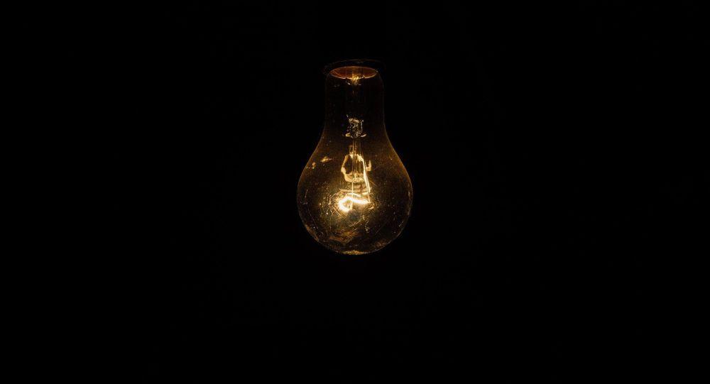 Лампа накаливания при отключении электричества. Архивное фото