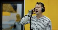 Исполнитель из Бишкека Александр Волкодав исполнил ремейк песни Любовь, похожая на сон на кыргызском языке, чем вызвал ажиотаж среди кыргызстанцев.