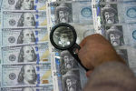 Сомы и доллары США. Архивное фото