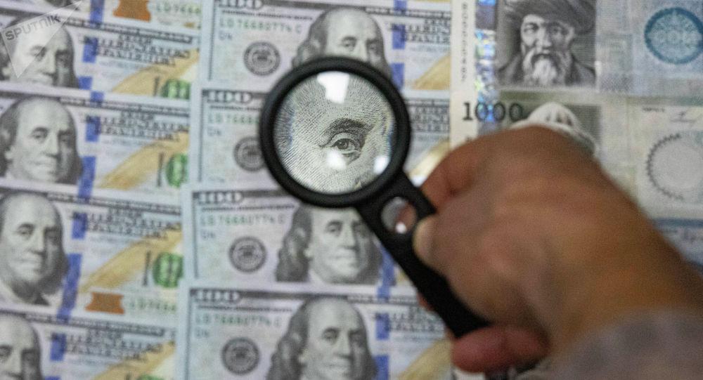 Мужчина с лупой рассматривает долларовые и сомовые купюр на столе. Иллюстративное фото