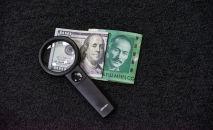 Купюры долларов США и сомов КР. Иллюстративное фото