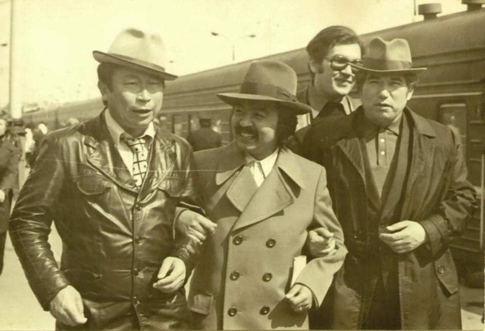 Народные артисты СССР, известные режиссеры Толомуш Океев и Болот Шамшиев с великим писателем Чингизом Айтматовым и его сыном Санжаром Айтматовым на железнодорожном вокзале. Конец 1970 года
