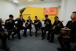 Кыргызский ансамбль Ибарат сыграл легендарную песню Виктора Цоя Перемен!. Музыканты говорят, что выбрали ее для кавера неспроста.