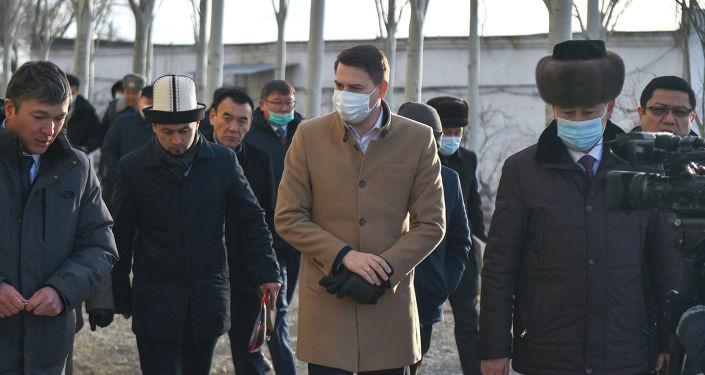 Исполняющий обязанности премьер-министра КР Артем Новиков ознакомился с деятельностью ряда предприятий Иссык-Кульской области