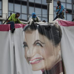 Филиппин, Вонгфонг тайфуну жакында болорун болжоп, жарнамага илинген плакаттарды алып жатышат