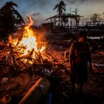 Никарагуа, Бильви шаарындагы Йота ураганынан кийин калган таштандыларды өрттөп жатышат