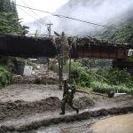 Япония, Кумамото шаарында тынбай жааган жамгырдын айынан сел жүрүп, жер көчүп 52 адам набыт болду