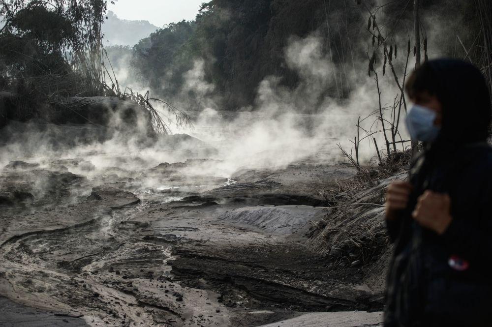 Индонезия, Ява аралындагы Семеру вулканынын атылгандан кийинки көрүнүшү