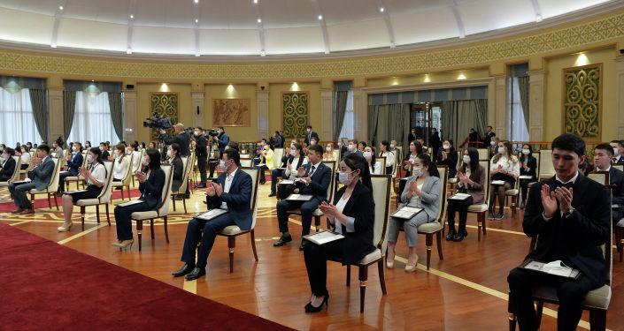 И.о. президента КР, торага Жогорку Кенеша Талант Мамытов вручил президентские стипендии 70 студентам высших учебных заведений страны, которые были признаны лучшими по итогам 2019-2020 учебного года. 25 декабря 2020 года