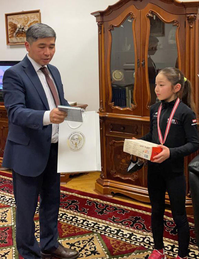 Посол КР в Венгрии Бакыт Джусупов наградил чемпионку сборной Австрии, уроженки Кыргызстана Элес Намазалиевой